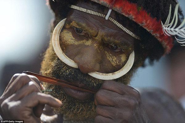 قبيلة إندونيسيّة تكرّم أجدادها عبر تحنيطهم بالدخان1