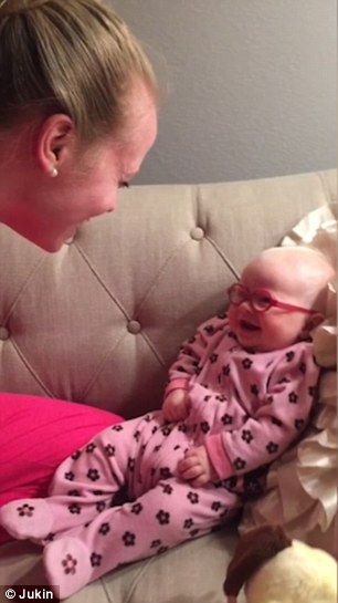 رد فعل طفلة تشاهد والدتها لأول مرة بوضوح