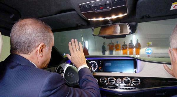 أردوغان يقود سيارته لاختبار نفق تحت نهر1
