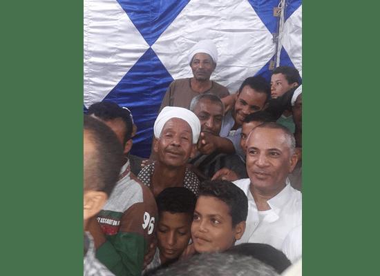 الضحك يُسيطر على عزاء والد أحمد موسى بعد الصور السيلفي1