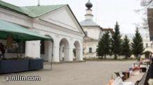رجل يسرق بلاط شارع كامل في روسيا