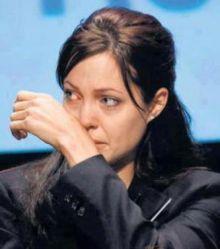 أنجلينا جولي تبكي .. بعد خيانة براد بيت لها