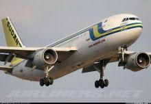 بالفيديو..عاملون بالخطوط الجوية السودانية يدفعون طائرة بأيديهم لإقلاعها