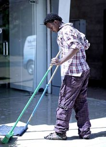 قصة : عامل نظافة اريتري يأتي الي السودان لتحقيق حلمه ويقترب من تحقيقه