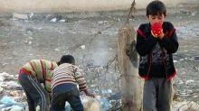 الجوع والحصار يطبقان الخناق على الآلاف بمخيم اليرموك