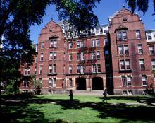 شاهد الصورة : كلية القانون بجامعة هارفارد الأمريكية تزين مدخلها بآية قرآنية من سورة النساء