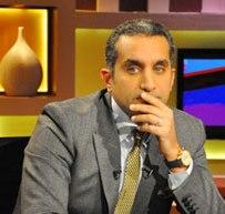معارضو باسم يوسف يرفعون الأحذية أمام مسرح راديو أثناء تسجيل الحلقة