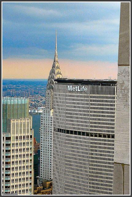 مبنى كرايسلر هو ناطحة سحاب آرت ديكو في مدينة نيويورك، التي تقع على الجانب الشرقي من مانهاتن عند تقاطع شارع 42 وشارع لكسنغتون. تبلغ 319 متر كان أطول مبنى في العالم لمدة 11 شهرا قبل ان تفوقت عليها مبنى امباير ستيت في عام 1931