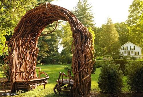 مقاعد طبيعية مصنوعة من الأغصان