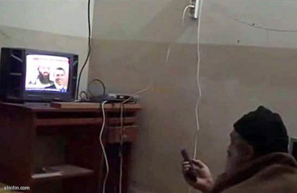 صورة عرضتها امريكا  -  لأسامة بن لادن وهو يشاهد نفسة في التلفاز 7-5-2011