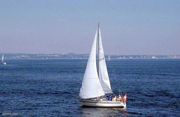 قارب شراعي علي شواطئ سويسرا