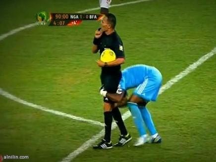 الحارس النيجيري يحاول حمل الحكم ابتهاجاً بالفوز بكأس افريقيا 2013م