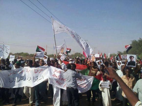 """جمعة الحرية.. مواطنو شمبات يحملون صور الشهداء وأعلام السودان.. ويهتفون """" الموت الموت ولا الجبروت .. فوت فوت يا طاغوت"""""""