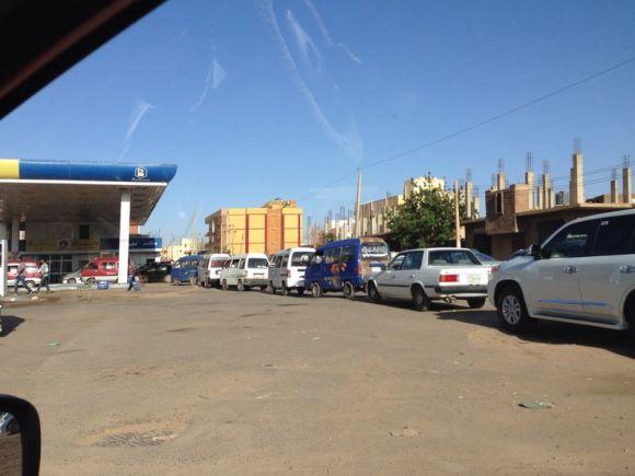 استمرار شُح البنزين والجازولين لليوم الثاني بالخرطوم