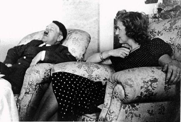 صورة نادرة لهتلر أثناء غفوته علي اَريكة