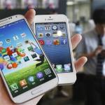 Picture illustration of Samsung Electronics' Galaxy S4 and Apple's iPhone 5 taken in Seoul in this file photo
