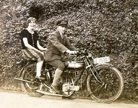 """""""Opp de Freierei"""" - Ende der 1920er Jahre Josef Zimmermann mit seiner späteren Gattin Gertrud Pütz auf seinem Motorrad der Marke Norton"""