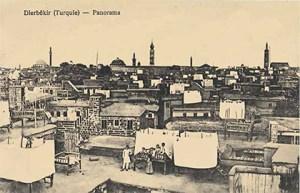 Diyarbakır şehrinden bir görünüm. En büyük kule (ortadaki) Ermeni kilisesi Surp Giragos'a ait