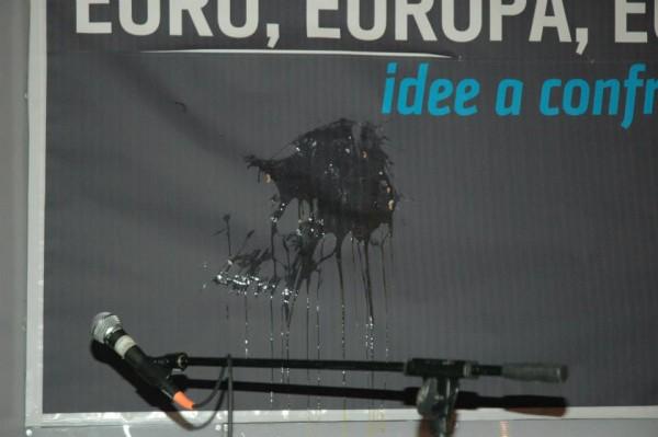 Di lì in avanti ci sono solo cori e contestazione fino ad arrivare all'uovo lanciato sul palco che, purtroppo o per fortuna, non ha colpito nessuno. Salvini, offeso, decide di abbandonare il palco. In serata abbiamo scoperto che aveva ordinato pesce.