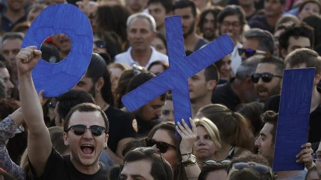 Greci-in-piazza-ad-una-manifestazione-per-il-Si-OXI