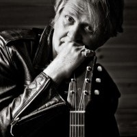 TOM COCHRANE RELEASES 'SUNDAY AFTERNOON HANG' BEFORE NEW ALBUM DROPS IN SEPTEMBER