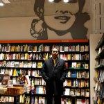 L'ambasciatore presso il ritratto di Aung San Suu Kyi all'interno della Libreria Feltrinelli di Parma