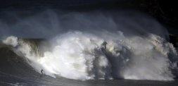 Un surfero sobre una gran ola en Praia de Norte, en Nazare (Portugal) / Foto: Reuters