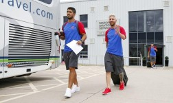 Messi se llevó todas las miradas en la llegada del Barcelona a Inglaterra