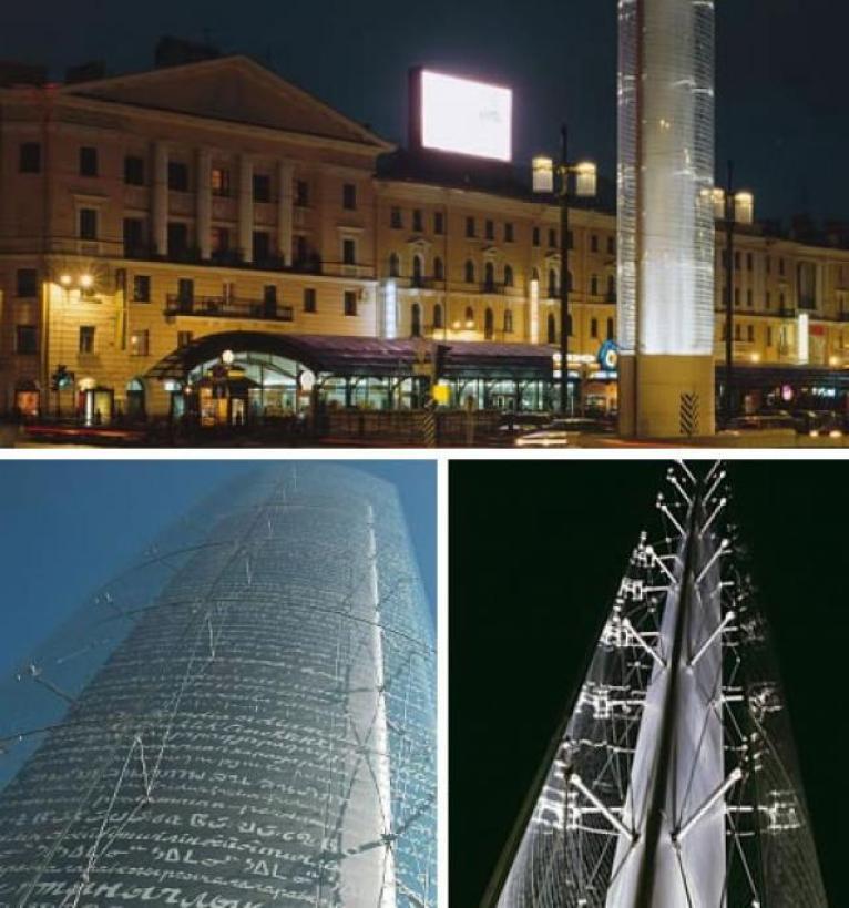 Una escultura alta y esbelta que se mezclan con los edificios de la Plaza Sennaya en San Petersburgo (Rusia).