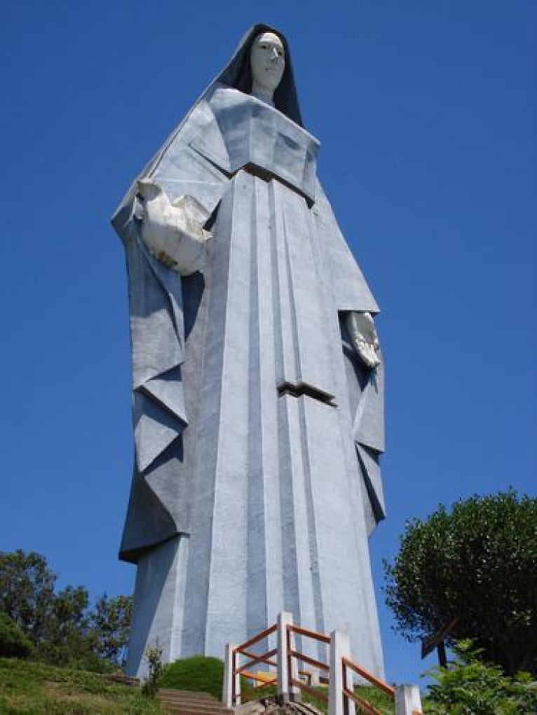 El monumento es el más alto de América, incluso es unos centímetro más alto que la Estatua de la Libertad de Nueva York, Estados Unido y que la estatua del Cristo Redentor de Rio de Janeiro, Brasil