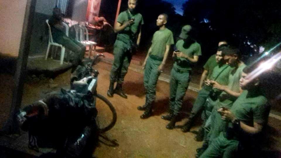 Acá ya en las gloriosas tierras #Bolivarianas este grupo de amigos de la milicia, que me recibieron no podían creer mi travesía y todos miraban las fotos en facebook. Para hacerse amigos y seguir acompañando mi viaje