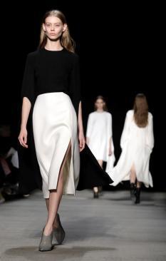 Una modelo presenta en pasarela creaciones de Narciso Rodriguez el martes 14 de febrero de 2017, durante la Semana de la Moda de Nueva York (EE.UU.). La colección Otoño 2017 se presenta del 9 al 16 de febrero/ Foto: EFE