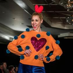 """Una modelo presenta creaciones de la diseñadora española Agatha Ruiz de la Prada de su colección otoño/invierno 2017 el martes 14 de febrero de 2017, en la """"Uptown Fashion Week"""", el evento paralelo a la Semana de la Moda de Nueva York, en el barrio de Hell's Kitchen en Nueva York (EE.UU.). Como de costumbre, su propuesta destacó por la combinación única de formas, texturas y contrastes cromáticos, con diseños de diversos granajes, lisos y estampados con grandes brocados de estrellas y corazones/ Foto: EFE"""