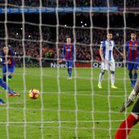 Messi salva en el último minuto a un Barcelona irreconocible