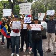 Desde vehículos particulares, motos y unidades pertenecientes al gobierno, las personas demostraban apoyo a los periodistas, locutores y fotógrafos