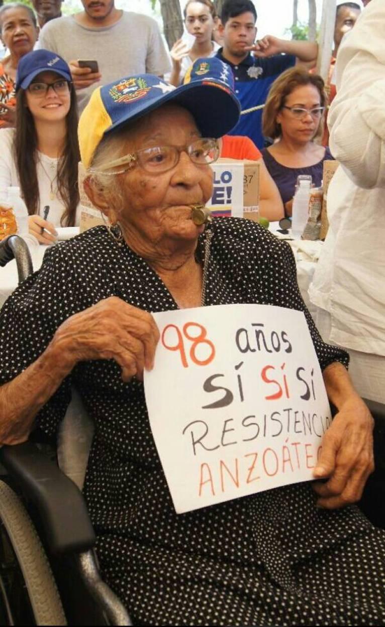 Carmen Méndez, vecina de la localidad sostuvo que a sus 98 años de edad, respondió positivamente las tres interrogantes con la premisa de dejarles a sus nietos y sobrinos un mejor país.
