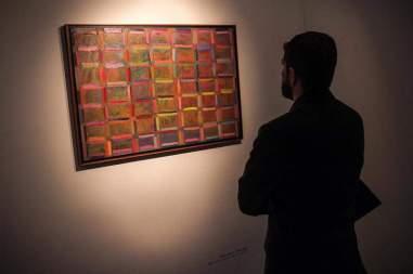 """Fotografía del 10 de octubre de 2017, que muestra a una persona mientras observa la obra """"Trama Serial II"""", de Adrián Pujol, que hace parte de la exposición """"Caracas, un lugar"""", Foto EFE"""
