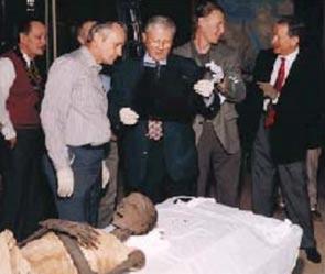 team-of-experts-mummy El Misterio Médico De Usermontu: ¿Por Qué El Descubrimiento De Un Tornillo En Una Rótula De 2600 Años Dejó Perplejos A Los Expertos?