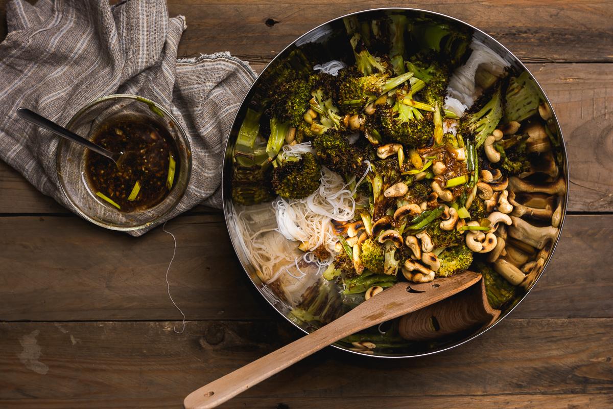 Broccoli la cuptor cu taietei de orez si sos magic
