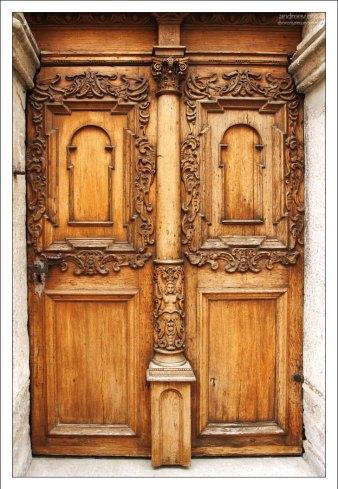 """Резная деревянная дверь в архитектурном ансамбле """"Три сестры"""" на улице Пикк."""