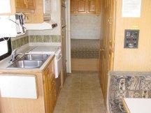 Интерьер RV: кухня, двери в душ/туалет, переход в спальню.
