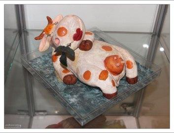 Отдыхающая корова в Галерее марципана.