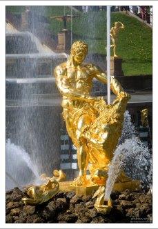 """Самый главный фонтан Петергофа - """"Самсон""""."""