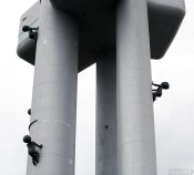 В 2001-м году на опорные столбы башни были установлены скульптуры ползающих младенцев, созданные чешским художником Давидом Черны.