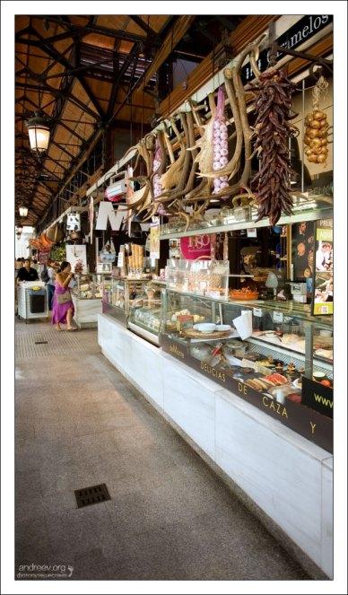 Связки сушеных овощей и специй на рынке San Miguel.