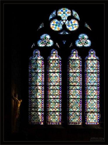 Распятие и витражное окно. Собор Парижской Богоматери.