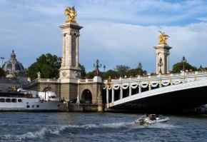 Мост Александра III (фр. Pont Alexandre III) между Домом инвалидов и Елисейскими Полями.
