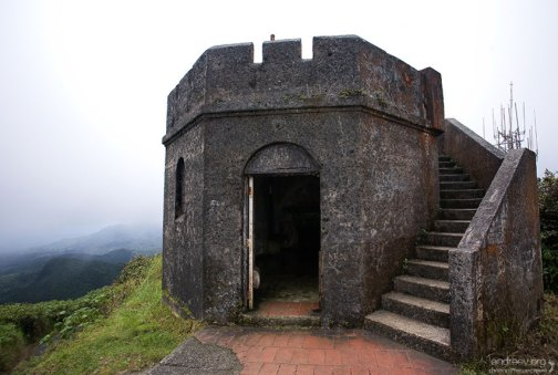 Старая башня на вершине El Yunque.