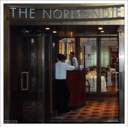 """Вход в ресторан """"The Normandie""""."""