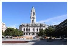 Здание Муниципалитета на площади Praca de Liberdade.